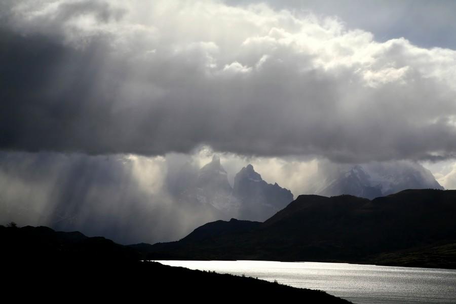 Lago Toro, Torres del Paine, Parque Nacional, National Park, Patagonia, Chile, rain, sunbeams, rainclouds, shining, sun, photo